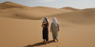 Caminando por el desierto en Marruecos