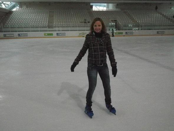 Ilze patinando sobre hielo en Jaca