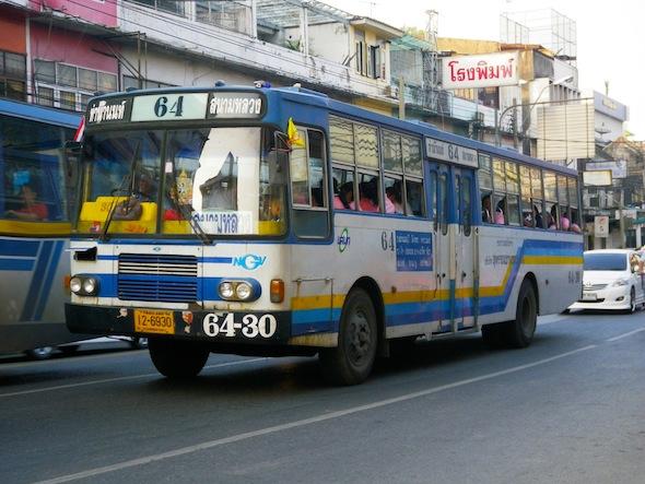 Uno de los autobuses urbanos de Bangkok