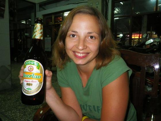 Ilze con su primera cerveza Lao