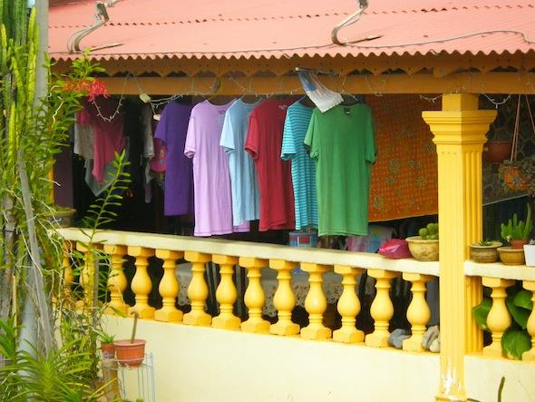 Colorida ropa tendida en una de las casas de madera de Melaka