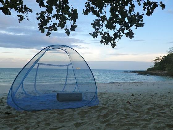 Preparándonos para dormir en la playa