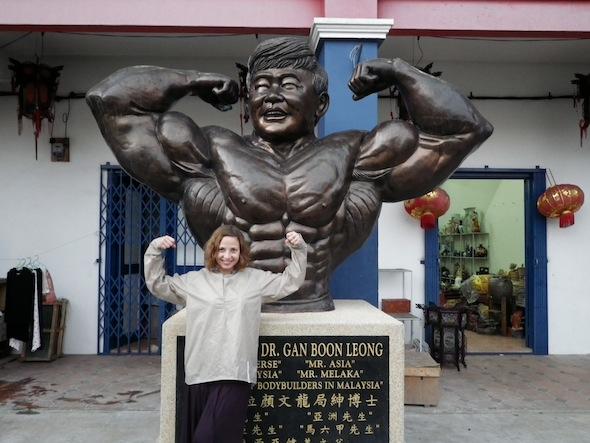 Ilze en un gimnasio del China Town de Melaka