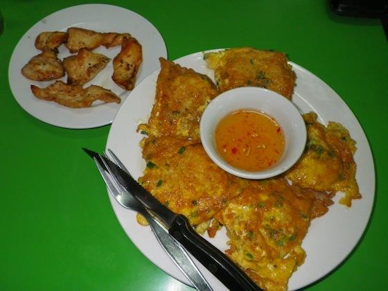 Pollo acompañado de arroz pegajoso con huevo