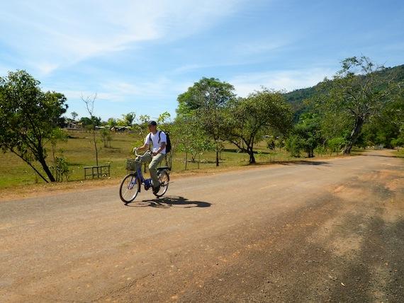 Llegando a Wat Phou en bicicleta