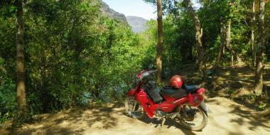 Dando la vuelta por el centro de Laos en motocicleta