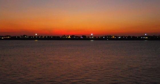 Y un bonito anochecer con Tailandia de fondo, al otro lado del Mekong