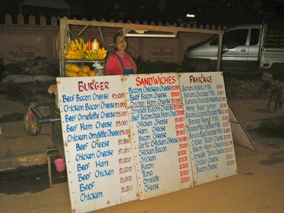 Uno de los muchos puestos de bocadillos, hamburguesas y crepes