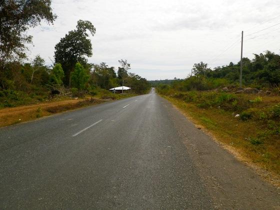 La aburrida carretera que nos conducía de regreso a Tha Khaek