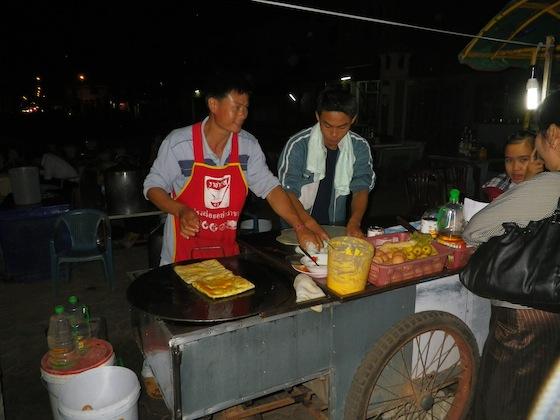 Lo único positivo lo encontramos enfrente del Mekong: un puesto nocturno de pancakes...
