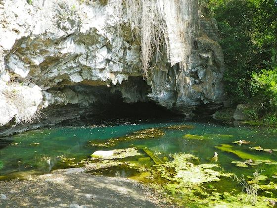 Al pie de la cueva de los budas