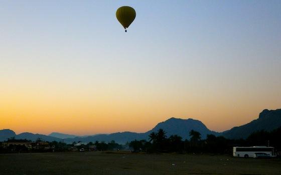 La mañana que dejamos Vang Vieng alguien disfrutaba en globo del amanecer