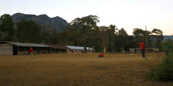 Jugando al fútbol con algunos chicos locales