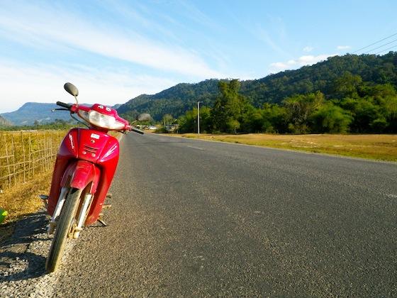 Llegando a la cueva Konglor con la moto