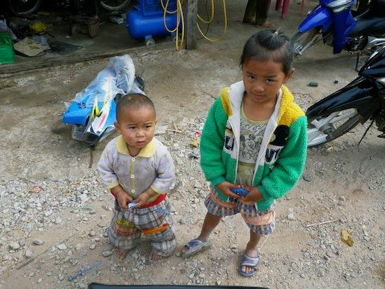 Unos niños con los que nos cruzamos al repostar