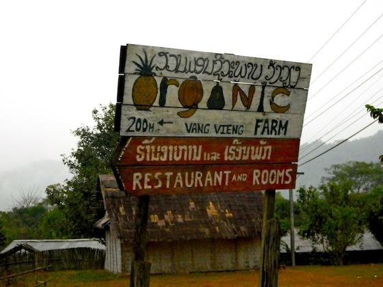 Cartel en la carretera de la granja orgánica