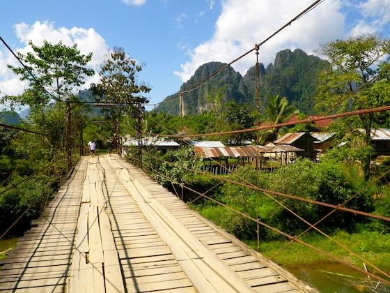 El puente gratuito que cruza el río en Vang Vieng