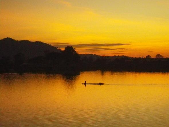 Colorida puesta de sol en Don Det