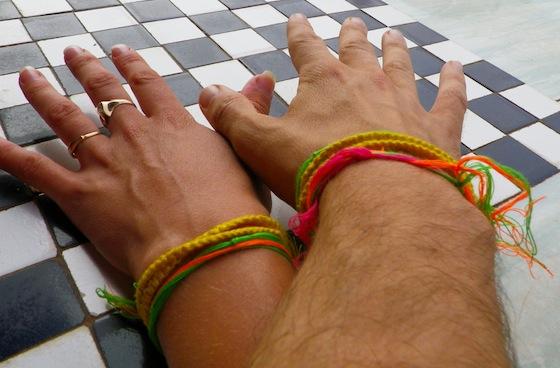 Las pulseras que nos colocaron en el ritual