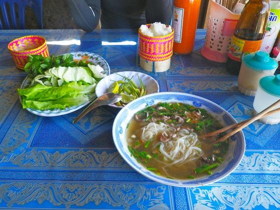 Nuestro almuerzo: sopa de noodles con carne misteriosa y arroz pegajoso