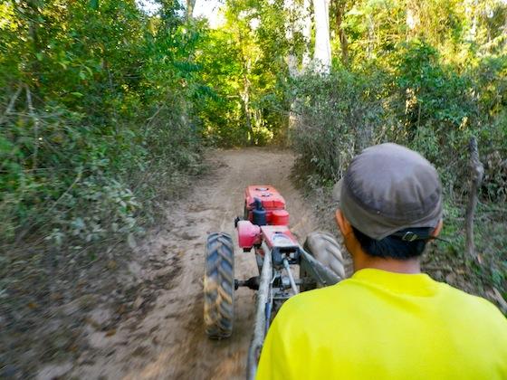 En tractor hasta el río