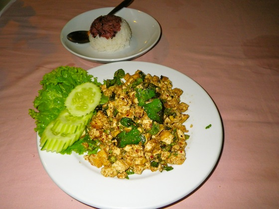 Laab de tofu, un plato tradicional de Laos con carne cruda muy especiada
