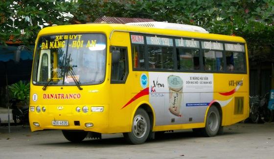 Autobús de la línea amarilla que conecta Da Nang con Hoi An