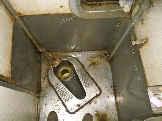 Y así son los baños en los trenes vietnamitas