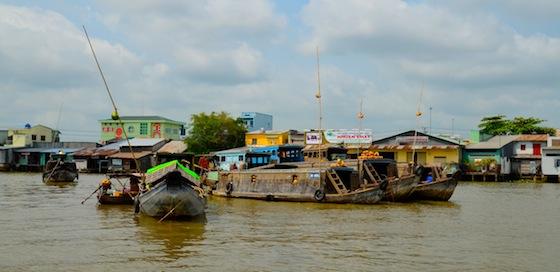 Los grandes barcos echan ancla y esperar a que los pequeños botes se aproximen