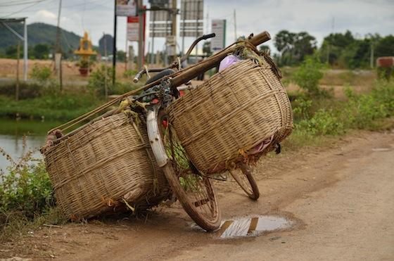 Los locales cruzan la frontera en transportes más tradicionales