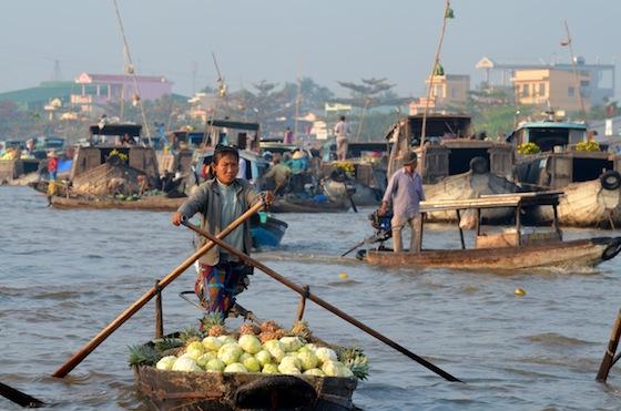 En los mercados flotantes encontramos botes de todos los tamaños