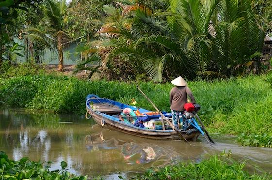 Nuestra barquera recorriendo los canales del Mekong tras dejarnos en tierra firme