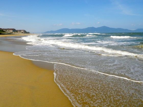 Recorriendo la playa China