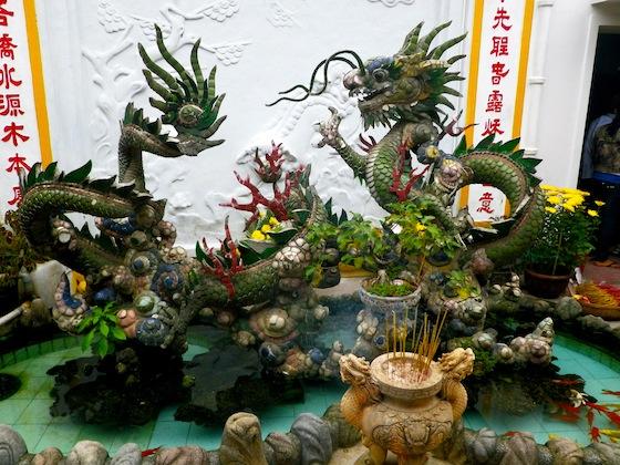 Estatua del dragón en los jardines de una de las pagodas