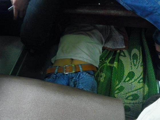 Así se duerme bajo los asientos de los trenes vietnamitas