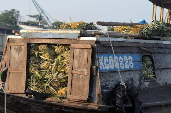 Las frutas desbordan la capacidad de carga de los botes y barcos