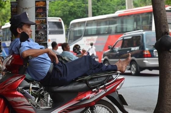 Los guardias de seguridad acostumbran a descansar sobre las motos