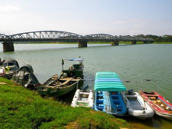 El río Perfume divide la ciudad en dos