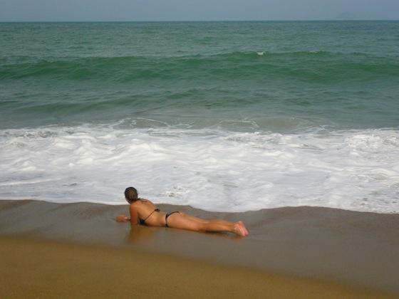 Ilze en la playa de Na Trang