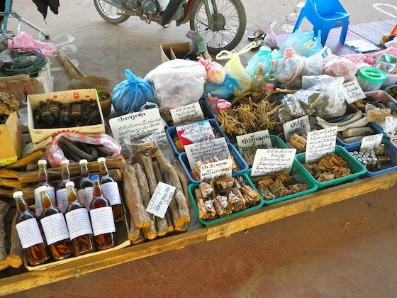 Productos del bosque en un tenderete de Paksan