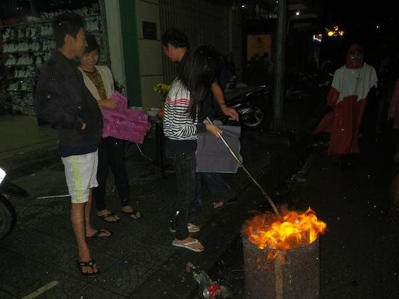 Por todas partes encontrábamos gente quemando papeles y dinero