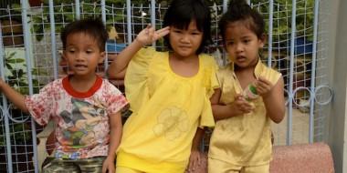 Niños vietnamitas saludándonos en las calles de Ha Tien