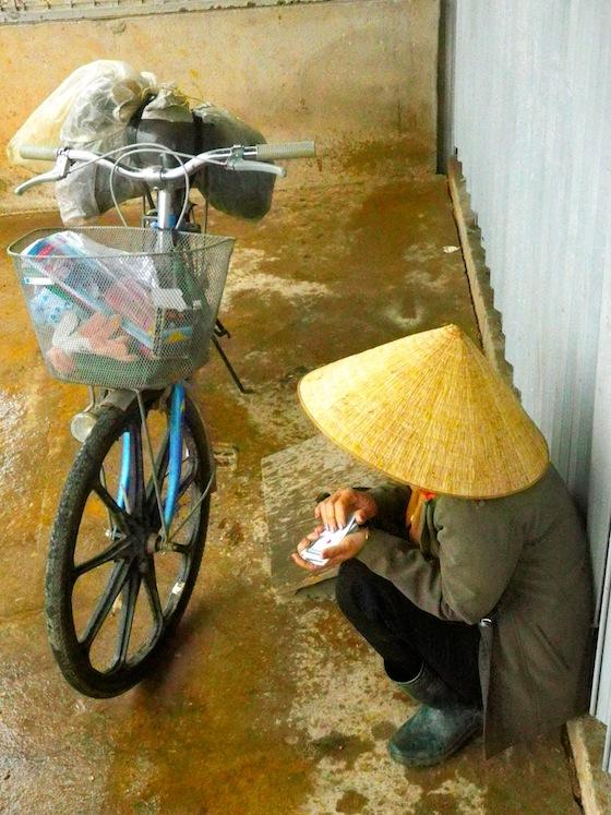 Vietnamita refugiada de la lluvia junto a nosotros en un porche