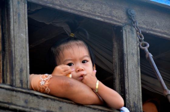 Una niña vietnamita nos observa desde el camarote