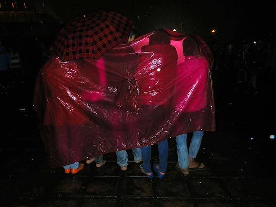 Vietnamitas protegidas de la lluvia durante la celebración del TET 2012