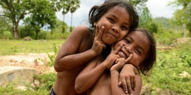 Niñas camboyanas jugando con nosotros en Kep