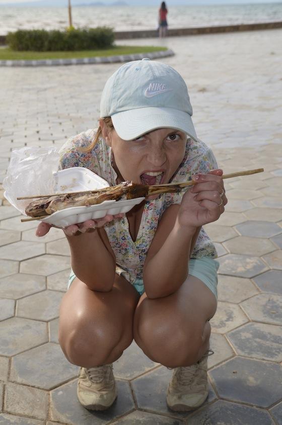 Comiendo pescado a la parrilla