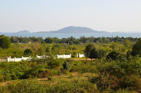 Vistas de Rabbit Island desde la montaña de Kep