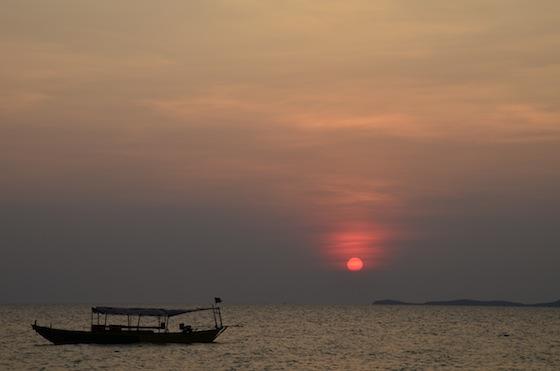 Característica puesta de sol en Otres Beach, Sihanoukville, Camboya