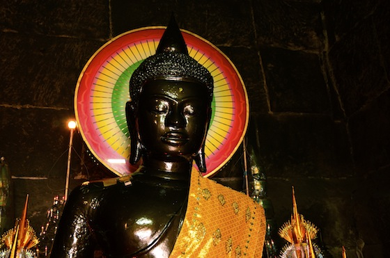 Buda en un templo de Phnom Penh, Camboya